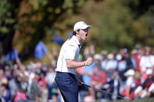 golf8: Rory McIlroy of Northern Ireland sinks a