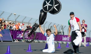 Alessandro Zanardi celebrates winning a gold medal in the men's individual H4 time trial