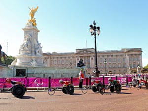 David Weir and the rest of the T54 field make their way past Buckingham Palace