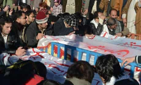 Pakistani Shia Muslims mourn Quetta bomb victims
