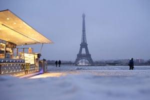 Paris snow: People walk on the snow covered esplanade du Trocadero