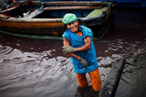 FTA: Rodrigo Abd: A dockworker smiles as he rinses off