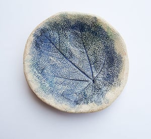 Simple things: Ceramic plate with leaf