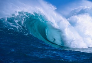Garrett McNamara : Surfer shooting the curl of Jaws at Peahi on Maui