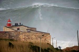 Garrett McNamara : Garrett McNamara surfing on a giant wave in Nazaré Portugal