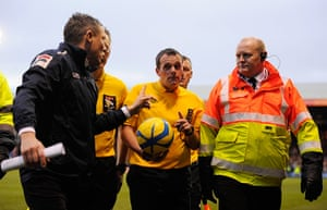 luton v wolves: Luton manager Paul Buckle harangues the referee at half-time