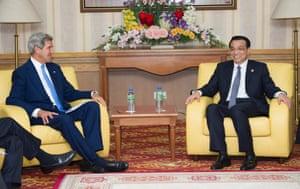 Chinese Premier Li Keqiang (right) meeting with U.S. Secretary of State John Kerry in Bandar Seri Begawan, Brunei, Oct. 9, 2013.