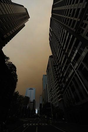 Australia fires: Smoke fills the sky over Sydney CBD