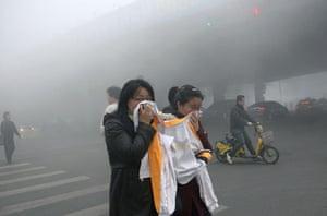China smog: Crossing the street