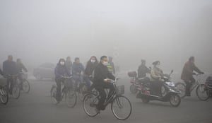 China smog: Cyclists in masks