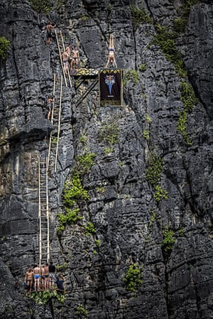 Red Bull Cliff Diving: Michal Navratil armstand dive