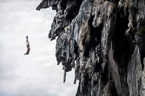 Red Bull Cliff Diving: David Colturi dives