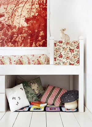 homes - kids: child's room with multicoloured patterns and cushions