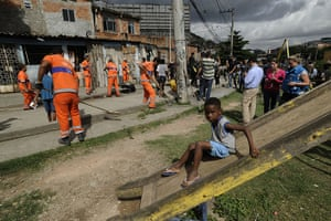 Favela clearance: City Hall workers clean the pavement before the ceremony dedicated to the n