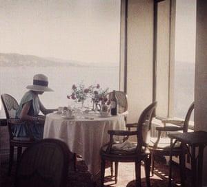 Henri Lartigue: Bibi au restaurant d'Eden Roc, Cap d'Antibes, 1920