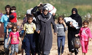 Syrian refugees crossing into Turkey