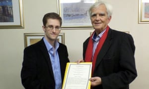 Hans-Christian Stroebele presents Edward Snowden with an award