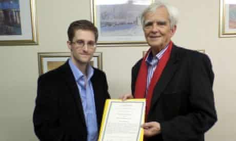 Hans-Christian Stroebele presents Edward Snowden with an award