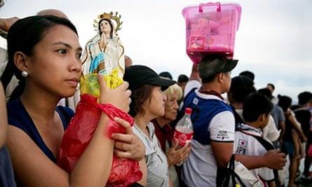 Typhoon Haiyan: people queue to board flights