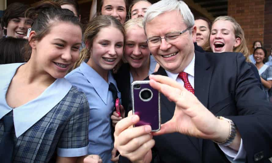 kevin rudd takes a selfie