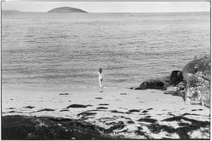 Elliott Erwitt: Naked girl running into sea