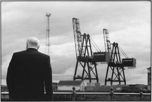 Elliott Erwitt: Man looking at Clyde Crane