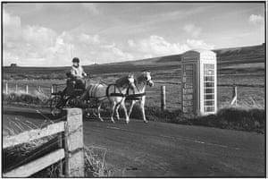 Elliott Erwitt: Horse drawn carriage and phone box