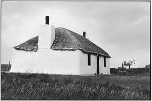 Elliott Erwitt: Thatch roof cottage