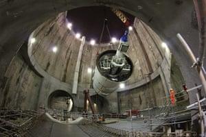 Crossrail: Elizabeth lowered into main shaft