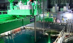 Tepco workers remove fuel rods