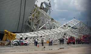Workers begin to inspect the collapsed crane in São Paulo on Thursday.