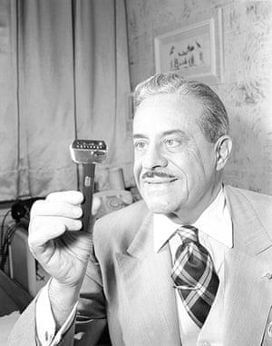 Raymond Loewy designs: 1953: Raymond Loewy with his razor designin New York
