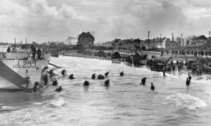 Canadian soldiers with their bicycles landing at Juno beach, Normandy, 1944
