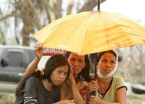 Typhoon Aftermath: Filipino typhoon victims wait for help