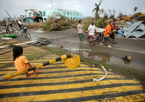 Typhoon Aftermath: Filipinos carry a victim of the super typhoon