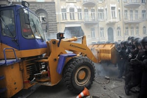 Ukraine protests: Protesters break through police lines with a mechanical digger