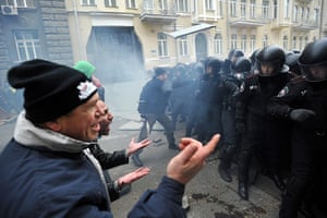 Ukraine protests: Protesters attempt to convince police to remove barriers