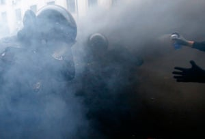 Ukraine protests: Protesters  and ptotesters clash in Kiev
