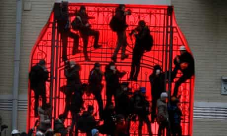 Ukrainian protesters on gate