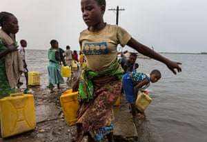 WWF Virunga Campaign: Villagers collecting water in Vitshumbi fishing village