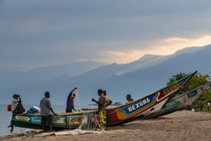 WWF Virunga Campaign: Villagers tending to their nets in the fishing village of Kavanyongi