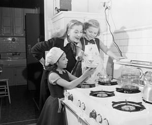 Joan Fontaine in pictures: Joan Fontaine cooks dinner with her daughters, circa 1955