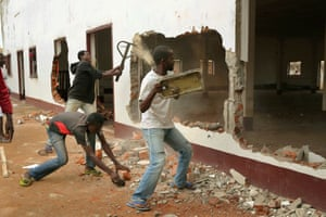 10 Dec: A Christian mob attacks a mosque in Bangui.