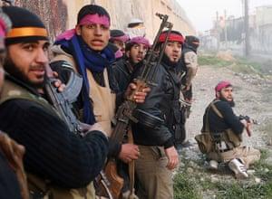 Goran Tomasevic: Os combatentes do Exército Sírio Livre se escondem quando entram numa base do Exército Sírio