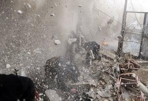 Goran Tomasevic: Exércitos do Exército sírio livre correm para a cobertura como um tanque explode explode em uma parede