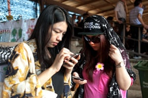 Chinese tourists: Young tourists on their phones