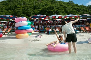 Chinese tourists: Another photo opportunity at Tawaen Beach