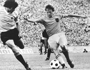 old players: Johan Cruyff in action