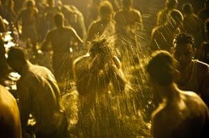 Maha Kumbh : Devotees bathe in the holy waters of Sangam