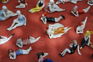 Your Pictures - Glamour: figurines in bathing suits against a red background